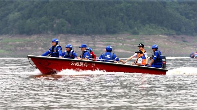 长航公安云阳派出所联合蓝天救援队开展水上救援应急演练