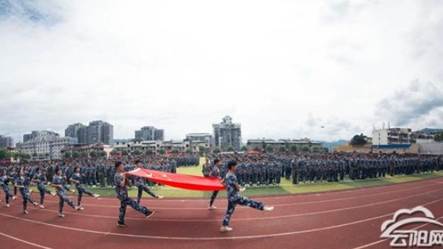 云阳职教中心1300余名新生接受军训检阅