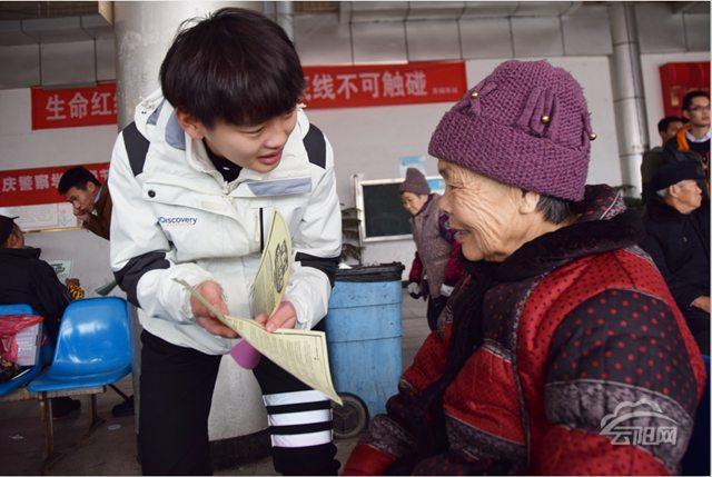 重庆警察学院志愿者服务旅客 情